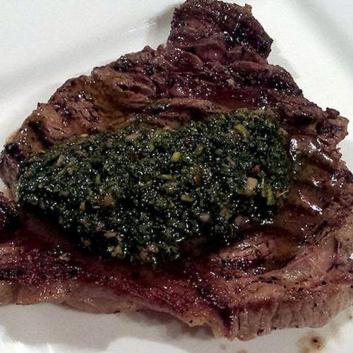 Chimichurri sobre carne asada